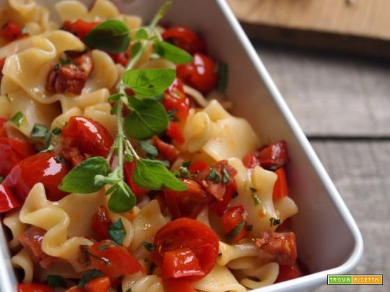 Insalata di pasta con peperoni, pomodorini e chorizo  #ricette #food #recipes