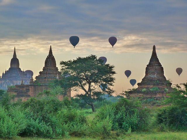 Este vídeo muestra un vuelo en globo sobre los templos de Bagan. La experiencia de volar en globo en Bagan es una de las mejores de todo viaje a Myanmar.