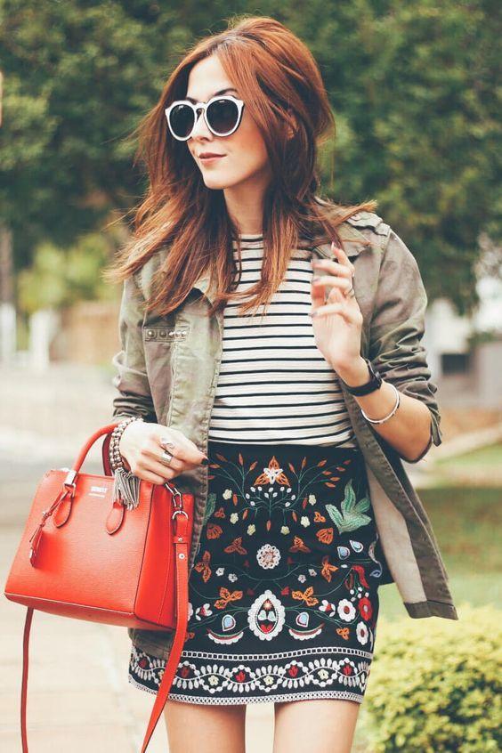 Fashion Coolture, blusa listrada, minissaia estampada, casaco verde militar, bolsa vermelha