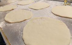 Panes hay de muchas variedades. Los hay tipo pan de campo, con semillas o de salvado. El pan árabe o pan de pita se caracteriza por ser un pan con muy poca miga. Es ideal para quienes se cuidan en la dieta o simplemente desean comer sano. Hoy te enseñaré cómo hacer pan árabe, con to
