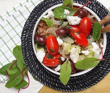 Ljummen grekisk sallad med matvete och oreganodressing är en matig sallad där de välbekanta ingredienserna feta, oliver, lök och tomat får sällskap med det näringsrika matvetet. Servera den smakrika salladen ljummen så blommar smakerna ut extra fint.