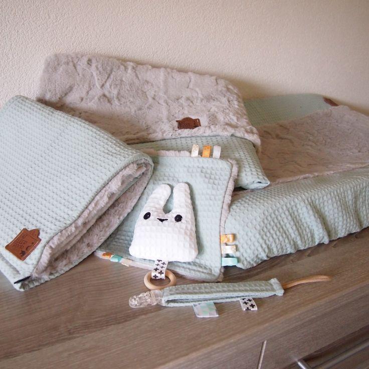 Handgemaakte baby accessoires. aankleed kussenhoes, speendoekje, speenkoord, babypurse en dekentje. Een leuk pakketje om cadeau te geven!
