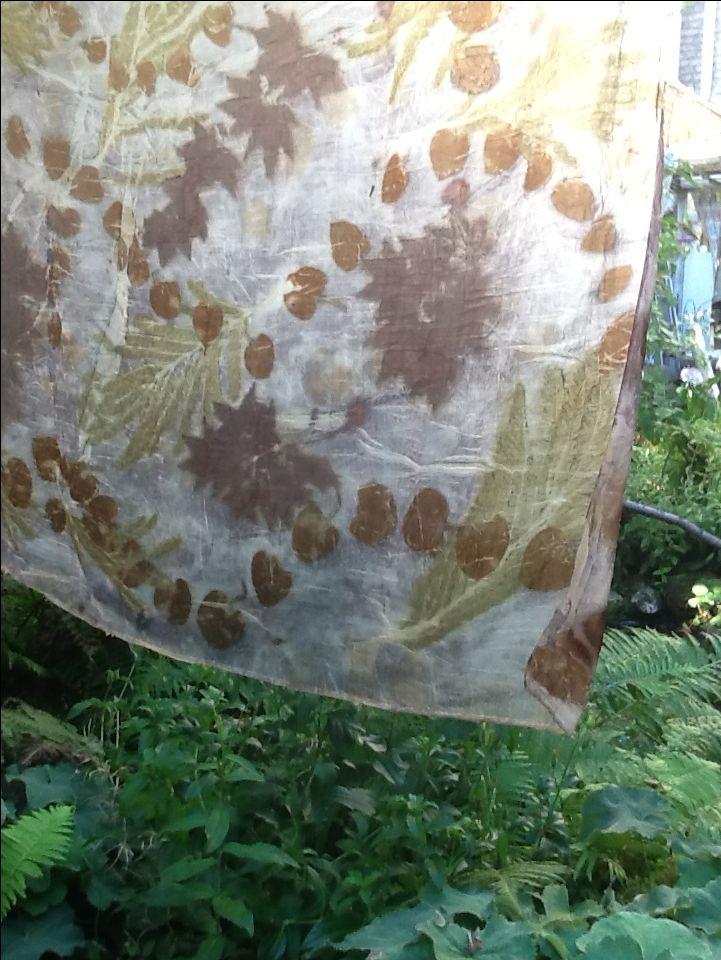 Lap ongebeitste zijden pongė dubbelgevouwen in de ijzerdip met tanninecover. Bladeren: Perzische slaapboom, eucalyptus, esdoorn. Door Elfenstof