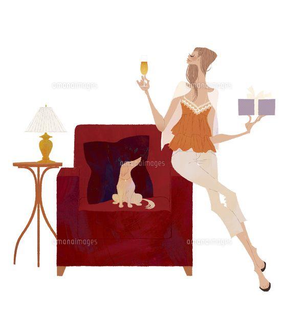 シャンパンとプレゼントを手にソファの手すりに座り、犬と一緒にくつろぐ女性 (c)Yuko Yoshioka