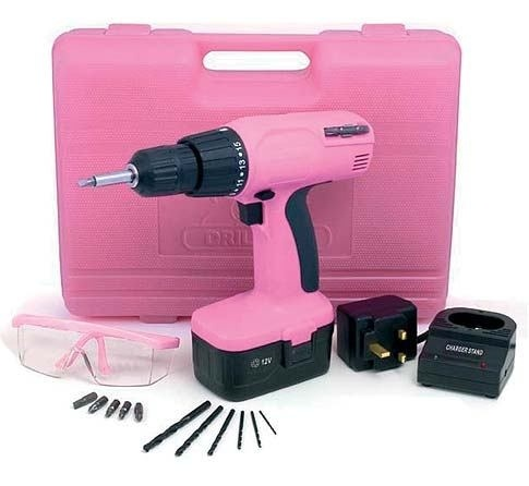 Drill med bor og bits i flott rosa oppbevaringskoffert - en gave utenom det vanlige...