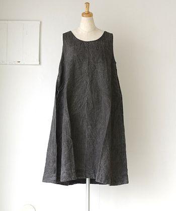 一枚でさらっと着こなすと、女性らしくてセンス良く見えるノースリーブワンピース。季節に合わせていろんなタイプのレイヤードも可能です。