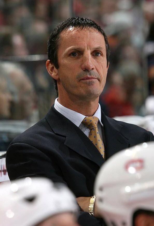 Le 14 janvier 2006 Guy Carbonneau accepte le poste d'assistant entraîneur à Bob Gainey qui occupe également les fonctions de directeur-général de l'équipe. C'est le 5 mai de la même année que Gainey cède les rênes de l'équipe à Carbonneau qui devient le 28e entraîneur-chef dans l'histoire du Canadien de Montréal. À sa première saison à la barre de l'équipe, le Tricolore ratera une participation aux séries d'après-saison par deux maigres points. L'équipe se reprendra la saison suivante.