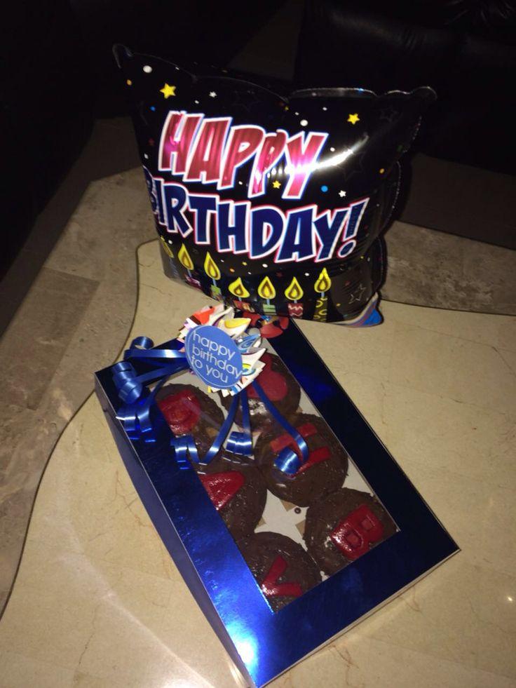 Caja decorada con ponquesitos de chocolate y letras #dama #dulces #maracaibo #regalo #regalo #chocolate #amor #cumpleaños