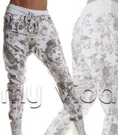 Pantaloni tuta stampati motivo floreale cavallo basso elastico in vita e sulle caviglie tasche laterali e nella parte posteriore. Adatti per un look sportivo