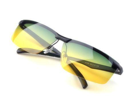 Nočné polarizačné okuliare s čiernym rámikom zabezpečujú vyššiu bezpečnosť v cestnej premávke. Pomocou tejto revolučnej novinky budete jazdiť v tme bezpečne ako cez deň. Okuliare zvyšujú kontrast a chránia Vás pred oslnením svetlami protiidúcich áut. Tieto špeciálne nočné okuliare pohlcujú až 45% osvetlení, ktoré Vás pri jazde v tme oslepujú. Sklá sú v žlto zelenej farbe.
