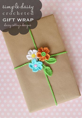 This FREE! crochet pattern for this adorable gift wrapping idea is perfect for spring and summer. Made from crocheted daisies and a leaf chain, it's sure to get attention at your next party! #giftwrap #crochetidea