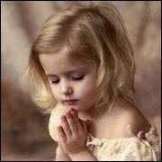 하나님께 기도하는 귀여운 소녀이미지1