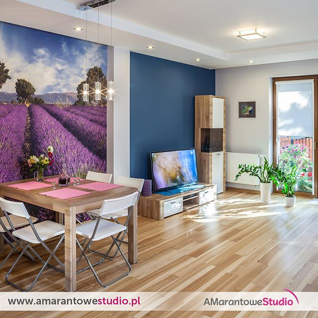 Dom w kolorze lawendy - zobacz więcej na www.amarantowestudio.pl  #aranżacja salonu w kolorze lawendy by #amarantowestudiopl  #aranżacjawnętrz #aranżacjaprzestrzeni…