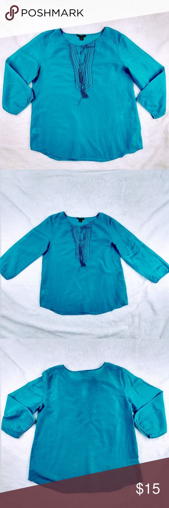 Ann Taylor Petite Blouse 3/4 sleeve Ann Taylor Petite Blouse Size: XSP 71% Cotton 29% silk Color: Green teal. Very hard to photograph Hand wash Gently used  Bust: 36in Sleeve length: 17in Length: 23in  Thanks for stopping by Ann Taylor Tops Blouses