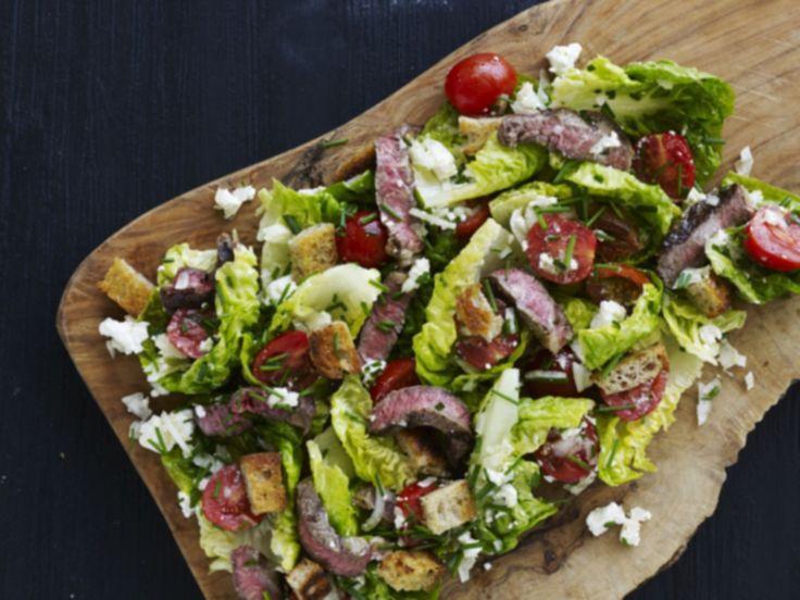 Steak salad med tomater og sprøde brødkrummer