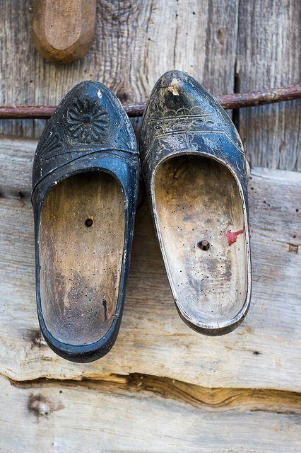 Los zuecos se usaban en sitios con agua para protejer los zapatos como mataderos etc...Asturias Spain