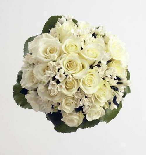 Ramo de novia clásico con rosas blancas y bouvardía | Bourguignon Floristas #weddingbouquet #bridalbouquet #weddingflowers