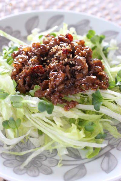 レタスの肉味噌サラダ by さっちん (佐野幸子) / 牛肉をコチュジャンで炒め、レタスと一緒にいただきます!コチュジャンの辛みと甘みが絶妙です! / Nadia