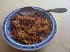Nasi goreng wordt in Indonesië, als ontbijt gegeten. Het wordt gemaakt van restjes die van de avondmaaltijd zijn overgebleven. Restjes koude rijst, koude kip of vlees, ook restjes sambal.