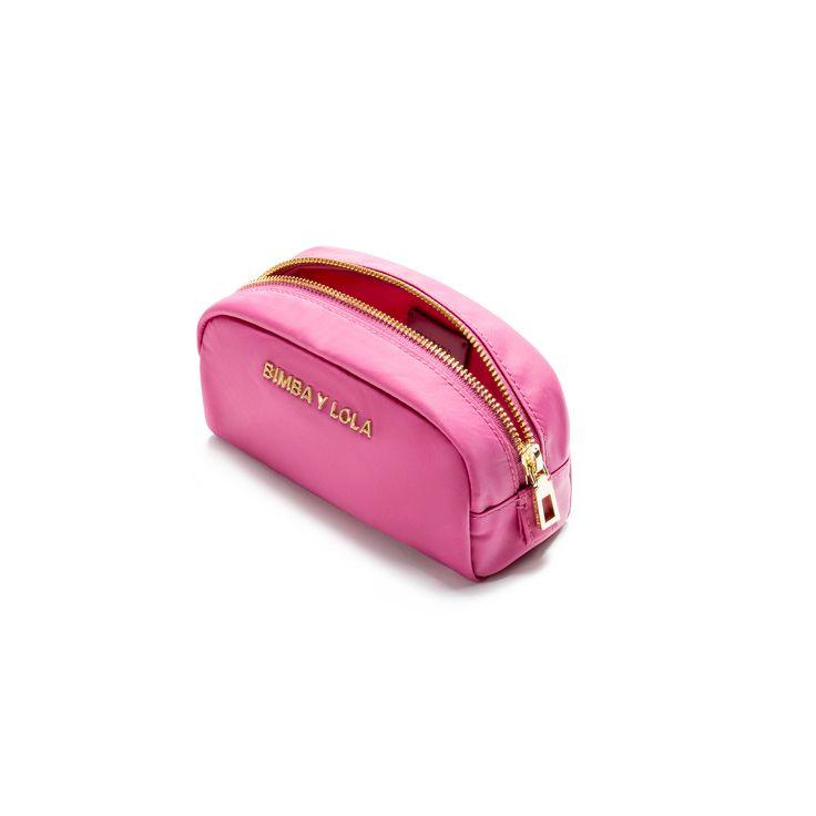 Neceser ovalado BIMBA Y LOLA en color rosa eléctrico. Pertenece a la Olympia Collection, una colección de tejido técnico que se renueva esta temporada en volúmenes y colorido. Frontal personalizado con logo metálico en acabado dorado. Detalle Construcci- 22 €