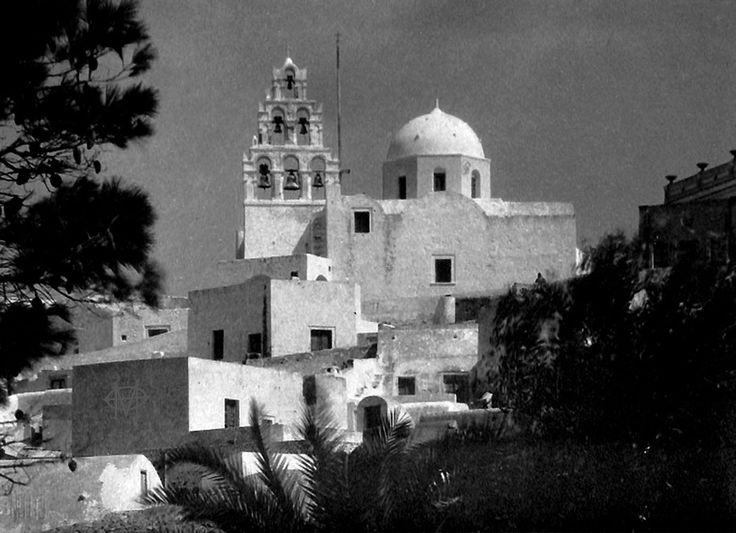 Nelly's, (Έλλη Σουγιουλτζόγλου), περ. 1930, Πύργος Σαντορίνης, η Αγία Θεοδοσία.