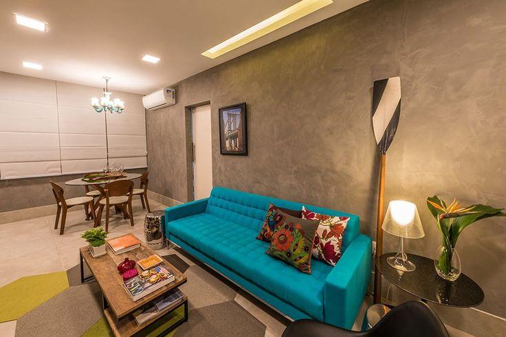 Sofá turquesa e almofadas coloridas de Viviane De Pinho De ...
