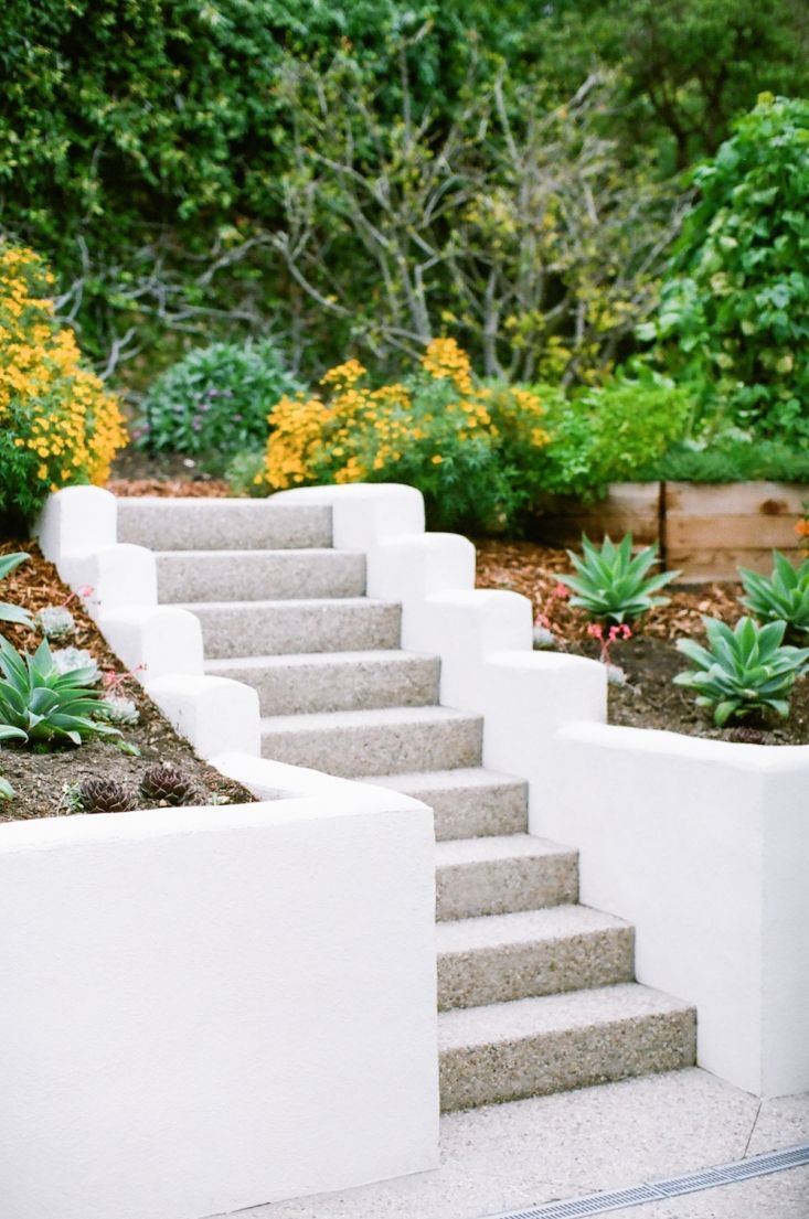Malibu Garden Matthew Brown Staircase Retaining Wall 2 Gardenista Poured Concrete Patio Concrete Retaining Walls Landscaping Retaining Walls