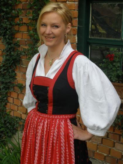 Oberndorf bei Schwanenstadt: Die Farben des DIrndls richten sich nach dem Gemeindewappen. Der geteilte Rücken mit den drei roten Streifen (im Wappen sind drei Flammen) ist eine Anlehnung an die Gasvorkommen in Oberndorf. (Bild: Burger)