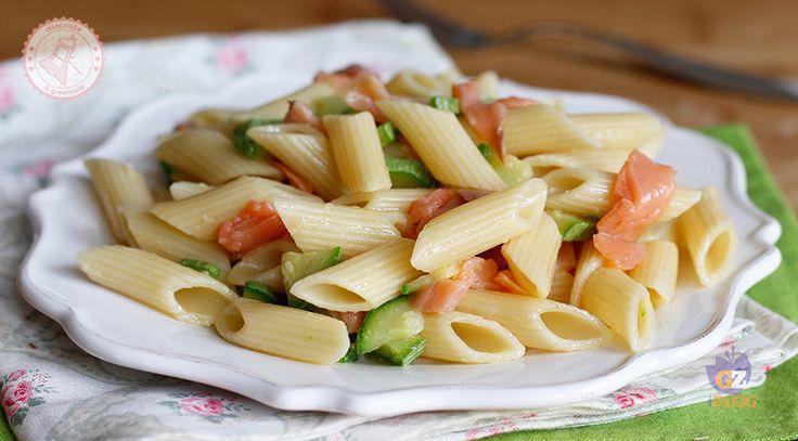 La pasta fredda salmone e zucchine facile, freschissima, gustosa e semplice da preparare da portare al mare, in ufficio o per un buffet estivo.