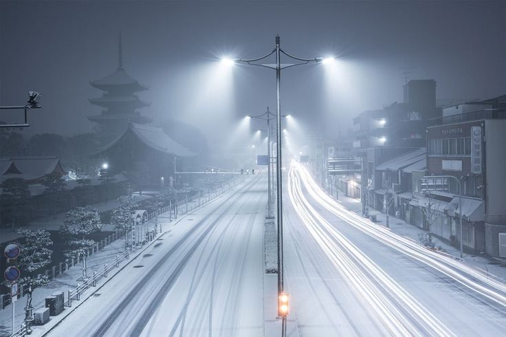 It was a night in January. We had a record snowfall in Kyoto. The snow covered the whole city and I caputured the view in a monotone picture to express how quiet it was. The temple veiled in a haze is Toji temple, which is designated a World Heritage Site.