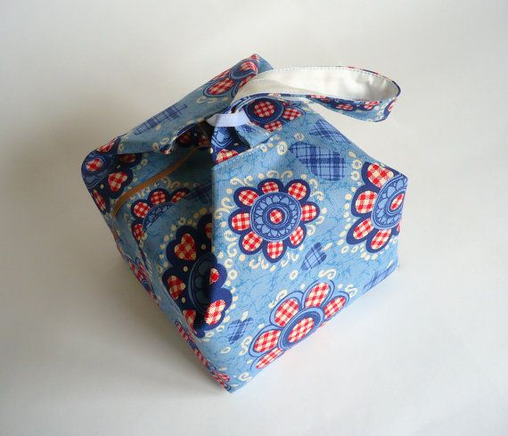 Cute idea for a project bag. Reminds me a little of a Japanese take-out bag.