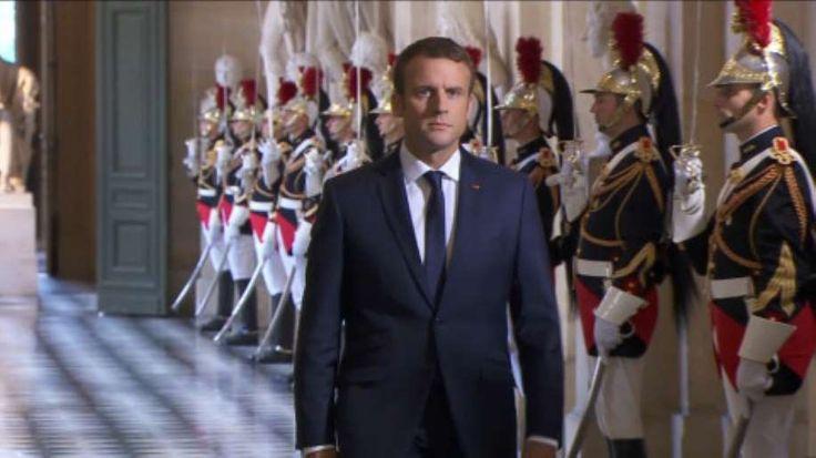 La cote de popularité d'Emmanuel Macron est en forte baisse en juillet, avec 54% de satisfaits soit dix points de moins qu'en juin, selon un sondage Ifop pour le Journal du Dimanche (JDD). Celui qui semblait, à en croire certains, marcher sur l'eau pendant une médiatique séquence internationale et régalienne, est aujourd'hui en brutale perte de vitesse. Volte-face sur la fiscalité, tentatives de juguler l'exaspération des communes, inquiétude du milieu des affaires, premiers remous au...