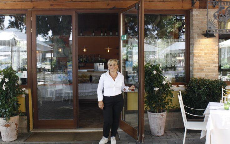 Nella seconda puntata di 4 Ristoranti lo chef Alessandro Borghese assegna il titolo di miglior ristorante di cucina di lago del Garda ad Antonella Varese e Fabio Mazzolini, proprietari dell'Agriturismo Dalie e Fagioli. In attesa del prossimo episodio, ogni martedì su Sky Uno alle 21.15, leggi l'intervista.