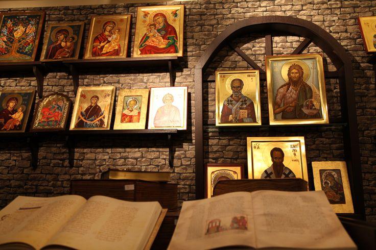 Έκθεση προϊόντων Αγίου Όρους. Ξενοδοχείο Μακεδονία Παλλάς Θεσσαλονίκης.  Κομμάτι της  μοναδικής συλλογής εικόνων καθώς και οι πολυτελείς εκδόσεις βιβλίων  των Ιερών Μονών του Αγίου Όρους