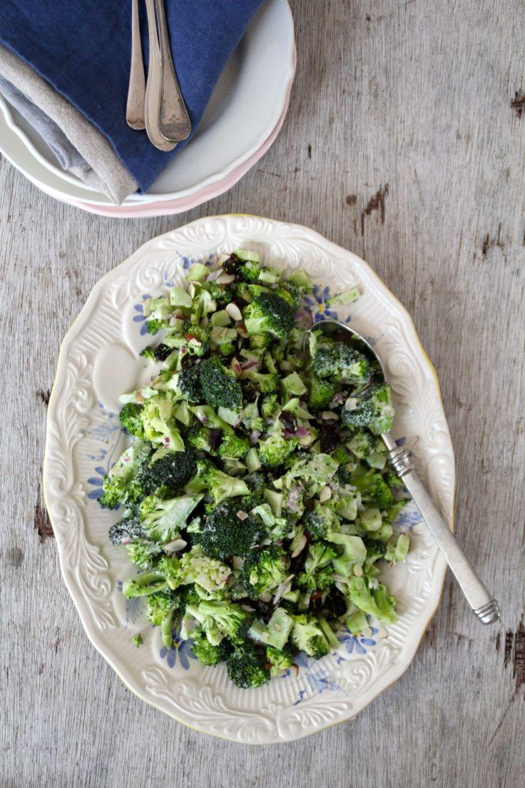 Brokkolisalat - en av sommerens mest populære salater her i huset. For denne og andre gode salatoppskrifter, besøk bloggen Mat på Bordet.