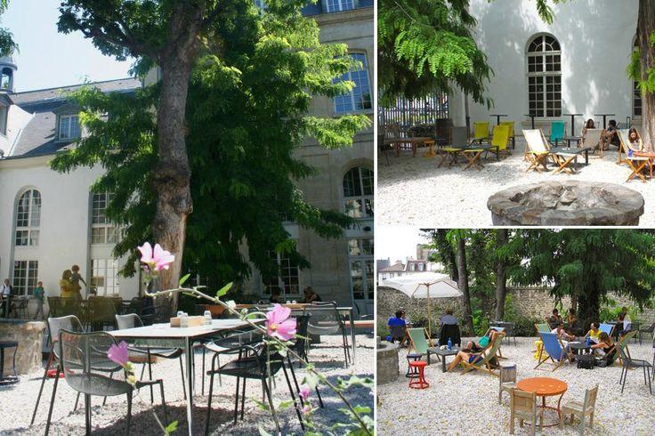 Dans un ancien cloître : LE CAFÉ A - MAISON DE L'ARCHITECTURE D'ÎLE DE FRANCE 148 rue du Faubourg Saint-Martin, Paris 10e Gare de l'Est 09 81 29 83 38