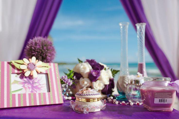 Фиолетовые декорации для свадьбы в Доминикане на острове Саона.
