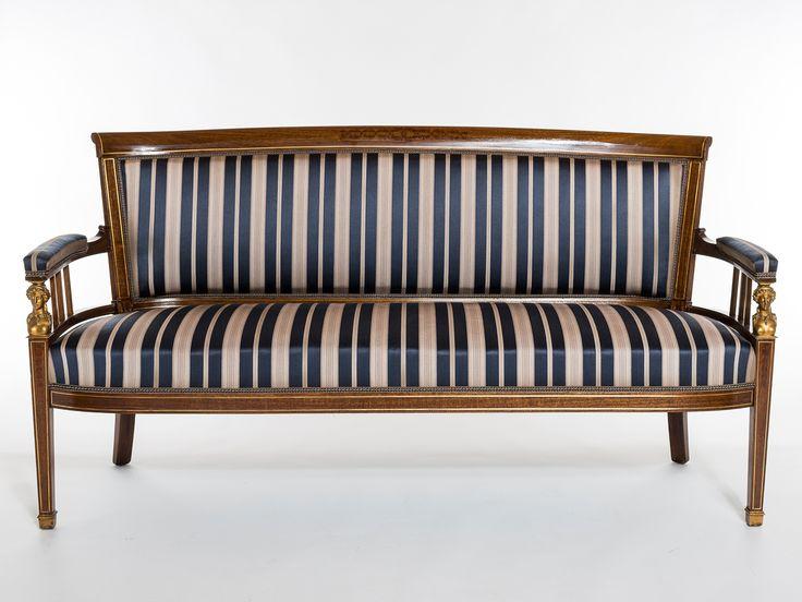 Perinteinen pystyjoustimilla tehty sohva uudelleenverhoiltuna
