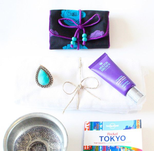 A list of last minute gift ideas for Mum's who love to travel. Featuring our luxury silk jewellery roll and other beautiful gifts from brands we love.