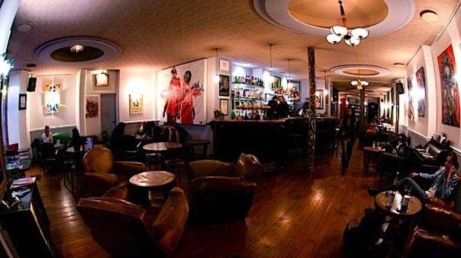 Le Barbershop rappelle les bars new-yorkais branchés de Brooklyn. L'endroit est très vaste, offrant des recoins très confortablement aménagés de canapés Chesterfield capitonnés et fauteuils dépareillés shabby chic, bibliothèques de livres et jeux, tables basses, l'endroit est idéal en hiver.