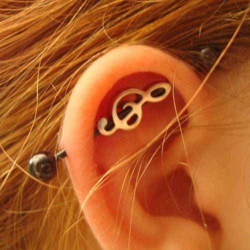Un piercing industriel à l'oreille, pour les musiciennes dans Top 13 des piercings à l'oreille les plus beaux