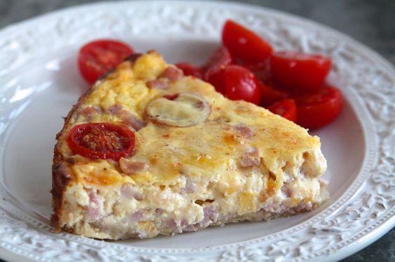 Godmorgon Jag tänkte att jag kikar in med ett tidigt middagstips idag. Matpajer äter vi alldeles för sällan, för det är ju bara så gott. Här fyllde vi en med röktskinka och ädelost, smakrik och serveras med goda grönsaker.  Det här behöver du till denna ost och skinkpaj ( … Läs mer