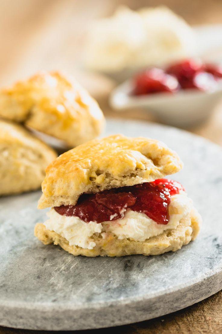 Zonder scones is je high tea niet compleet. Serveer ze met clotted cream, jam of lemon curd.
