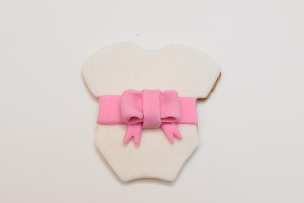 Tutorial paso a paso: decoración de galletas de bebé niña con fondant