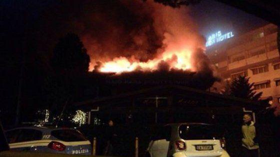 Le fiamme in un negozio all'ultimo piano, rallentamenti sulla Colombo