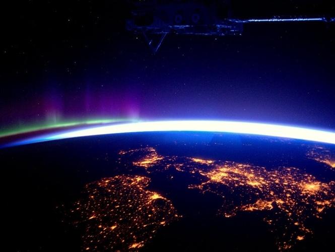 Planeta Terra visto a noite.