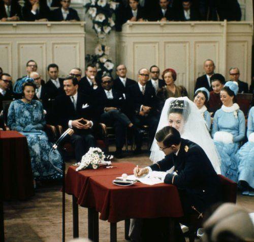 Vorstenhuizen, huwelijken. Kroonprinses Beatrix en prins Claus arriveren bij de huwelijksvoltrekking tussen prinses Margriet en Pieter van Vollenhoven. Den Haag ('s-Gravenhage), Nederland, 10 januari 1967. Foto: de bruidegom ondertekent de huwelijksakte.