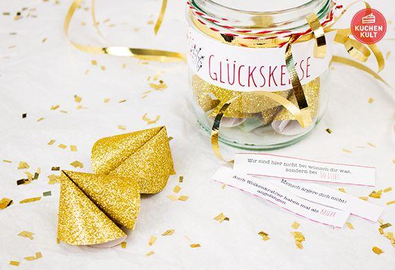 A Glückskeks a day, keeps the Pech im neuen Jahr away! Glückskekse selber basteln ist absolut im Trend. Unsere Fotostrecke zeigt euch, wie's geht. Lustige Sprüche gibt's zum Downloaden.