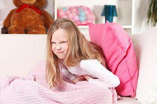 Сегодня мы поговорим с вами о том, что можно сделать, если у ребёнка болит живот. Как понять, что у ребёнка болит живот? При каких симптомах тревоги следует обратиться к врачу? Боль в животе является одной из наиболее частых жалоб из-за которых родители обращаются к педиатру или врачу гастроэнтерологу. В 90% случаев боли в животе носят функциональный характер. В остальных случаях они могут быть обусловлены либо нарушением акта дефекации, либо инфекцией, либо хирургической патологией.