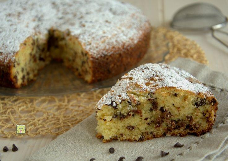 La torta stracciatella è una deliziosa torta da dispensa, soffice e golosa, perfetta per colazione, merenda o per il fine pasto.